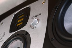 nowe_monitory_studyjne_EVE_Audio_SC4070_closeup