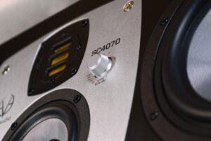 nowe_monitory_studyjne_EVE_Audio_SC4070_closeup